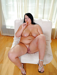 Raunchy fatty poses naked while munching ice cream
